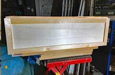Der Klappenrahmen für den seitlich am Alkoven eingeplanten Hängeschrank für Kleinteile. (Foto: Schwarz)