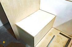 Auch die Sitztruhen und ein kleiner Bodenstauraum im Bereich der Sitzgruppe wurden aus Pappelsperrholz gefertigt. (Foto: Schwarz)