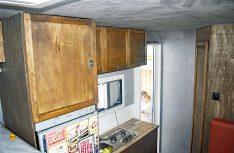 Blick auf den fertigen Küchenbereich mit Küchenblock, Oberschränken und Kühlschrank. (Foto: Schwarz)