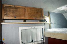 Vor dem Alkovenbett: Oberschränke mit offenen Ablagen. (Foto: Schwarz)