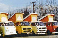 Einträchtig beieinander: VW Campingbusse zweier Generationen und ausgebaute Ford Transits auf dem Firmenhof. (Foto: Reimo)