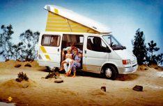 """Urlaub wie er sein soll, wenn auch nur im Fotostudio: Im Reimo """"Florida"""" auf der Basis des Ford Transit mit Aufstell-Schlafdach."""