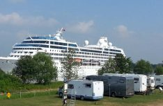 Große Pötte gucken am NOK: Der feine Platz am Kanal ist jetzt unter neuer Leitung wieder aktiv. (Foto: Stellplatz NOK)
