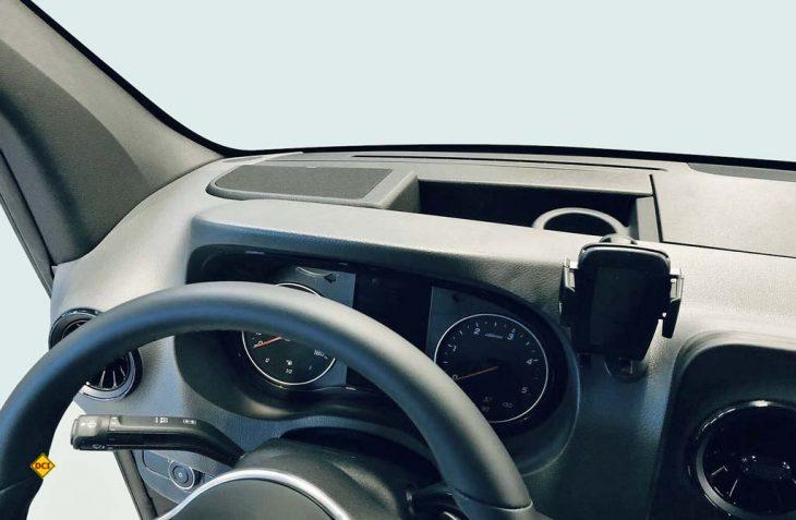 Für den neuen Mercedes-Benz Sprinter bietet Jehnert ein Sound System an, das mit oder ohne Verdunklungsrollo an der Frontscheibe funktioniert. (Foto: Jehnert)