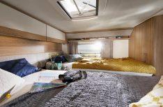 Der Schlafraum mit den komfortablen Einzelbetten Im LMC Cruiser Van. (Foto: LMC)