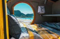 Großzügiges Bett für zwei im Bug des Mink 2.0 Sportscamper. (Foto: Mink)