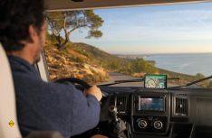 Neben Camper-spezifischen Fahrassistenzsystemen und Navigationsfunktionen bietet das neue Garmin Camper 890 MT-D auch Zugriff auf umfangreiche Datenbanken und DAB+. (Foto: Garmin)