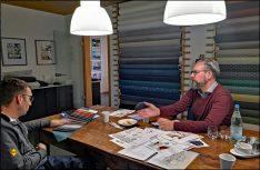 Guido Peisen bei der Kundenberatung im Musterraum. (Foto: has / D.C.I.)