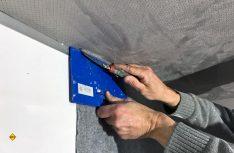 Zum Einsatz dafür kommt die selbstklebende Bespannung American high-flex Auto Adhesive Professional. (Foto: has / D.C.I.)