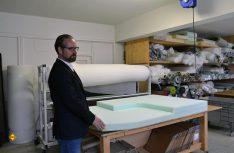 In den firmeneigenen Werkstätten werden alle Materialien auf Kundenwunsch passgenau zugeschnitten. (Foto: det / D.C.I.)
