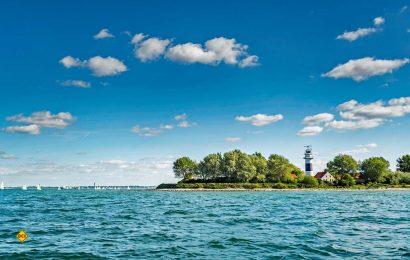 Der Bülker Leuchtturm steht auf einer Landzunge und kann besichtigt werden. (Foto: www.ostsee-schleswig-holstein.de/Oliver Franke)