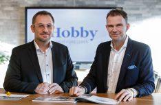 Holger Schulz (links) und Bernd Löher leiten die Geschicke des Caravan- und Reisemobil-Herstellers Hobby in Fockbek. (Foto: Hobby)
