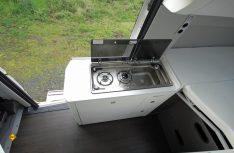 Der Küchenblock ist ausreichend dimensioniert und verfügt über zwei Erweiterungen für Arbeitsfläche. (Foto: det / D.C.I.)