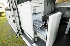Gute Lösung: Der Schubladenkühlschrank im Küchenblock ist auch von draußen gut erreichbar. (Foto: det / D.C.I.)