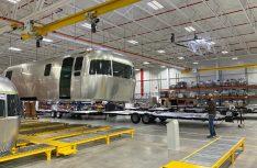 """Anfang des Jahres 2020 zog Airstream, der Hersteller des legendären """"Silver Bullets"""", in seine neue Produktionsstätte in Jackon Center (Ohio) um. (Foto: Airstream)"""