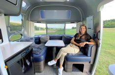In einem neuen, frischen Dekorpaket kombiniert der Hersteller der Kult-Caravans aus den USA hellgraue Oberschränke mit angeleuchteten Seitenteilen in Azurblau. (Foto: Airstream)