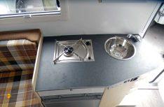 Der Küchenblock mit Kocher und Spüle hat viel Arbeitsfläche.(Foto: det/D.C.I.)