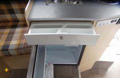 Der Kühlschrank ist in den Küchenblock untergebaut. Damit bietet der Küchenblock wenig Stauraum. (Foto: det/D.C.I.)