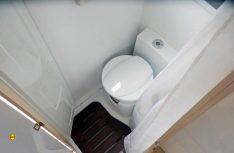 Der Sanitärraum ist keine Wellness-Oase, aber praktisch und komplett ausgestattet. (Foto: det/D.C.I.)