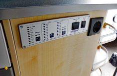 Das Kontrollbord ist gut bedienbar rechts am Küchenblock eingebaut. (Foto: det/D.C.I.)