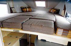 Das Alkovenbett wird ausgezogen und mit Polsterteilen aus der Sitzgruppe ergänzt - Puzzle vor dem Schlafengehen. (Foto: det/D.C.I.)