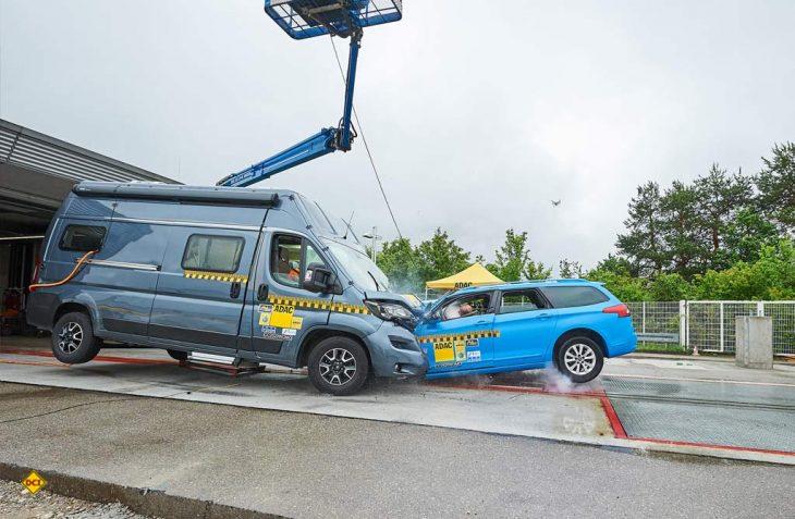Der ADAC hat ein aktuelles Kastenwagenmobil einem Frontal-Crash-Test mit einem Pkw unterzogen. Das Ergebnis ist sehr bedenklich. (Foto: ADAC)