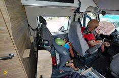 Fahrersitz und die Dinnettebank wurden schwer beschädigt und waren nicht mehr sicher. (Foto: ADAC)