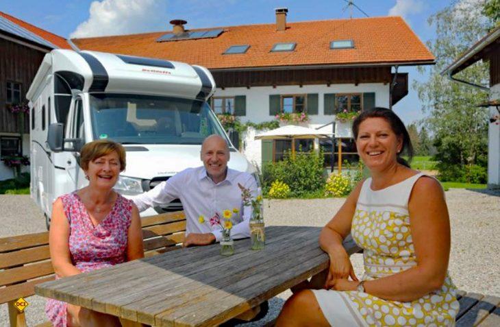 Reisemobil- und Wohnwagen-Hersteller Dethleffs kooperiert mit Landsichten.de und dem Blauen Gockel und unterstützt Landwirte beim Einrichten von Stellplätzen für Freizeitfahrzeuge. (Foto: Dethleffs)