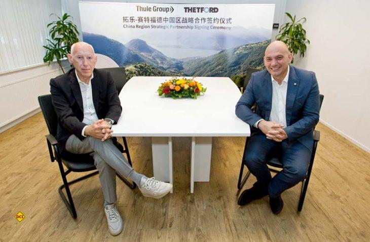 Filip van der Linden Managing Director von Thule (links) und Thetford CEO Stéphane Cordeille haben eine strategische Partnerschaft für den chinesischen Wohnmobilmarkt vereinbart. (Foto: Thetford)
