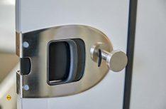 Die Türschlösser im Wohnraum wurden durch massive Versionen ersetzt. (Foto: Westfalia)