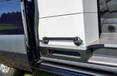 Praktisches ZUbehör für Vans mit Tischschiene: Einevariable Tischschiene mit Saugnäpfen für draußen. (Foto: Westfalia)