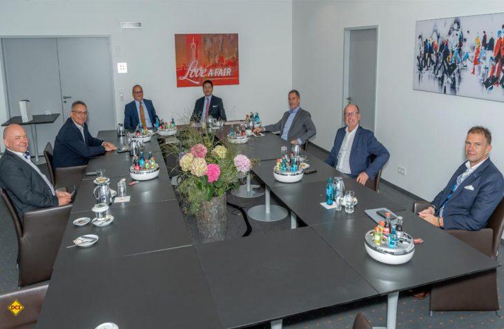 Der neue CIVD-Vorstand auf seiner konstituierenden Sitzung auf dem Caravan Salon in Düsseldorf: Jürgen Vöhringer, Werner Vaterl, Hermann Pfaff, CIVD-Geschäftsführer Daniel Onggowinarso, Dr. Holger Siebert, Martin Brandt und Bernd Löher (v.l.n.r.). (Foto: Caravaning Industrie Verband e.V. (CIVD)