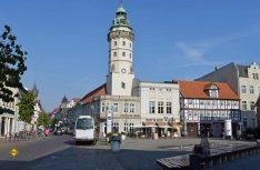 Die alte Hansestadt Salzwedel überrascht mit viel Fachwerk und Backsteingothik, hier das Rathaus mit Rathausturm. (Foto: det / D.C.I.)
