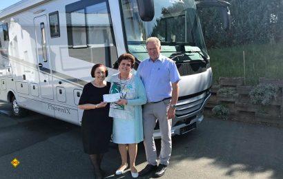 Maria Reisch (links) überreicht den Spenden-Scheck an die Ehepaar Schell von Phoenix Reisemobile. (Foto: Phoenix)