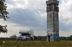 Einer der letzten noch stehenden DDR-Grenztürme: Der BT 9 Grenzturm bei Boetinen. (Foto: det / D.C.I.)