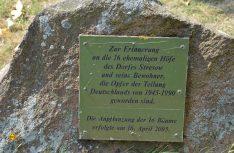 Die Gedenkplakette an die Einwohner von Stresow. (Foto: det / D.C.I.)