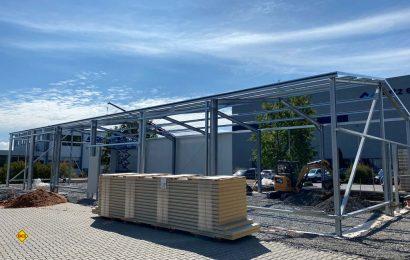 Eine neue, 370 Quadratmeter große Halle entsteht momentan auf dem Tischer-Werksgelände in Kreuzwertheim. (Foto: Tischer GmbH Freizeitfahrzeug)