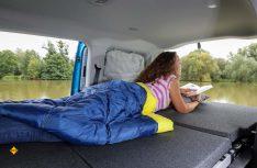 Das bequeme Bett bietet mit 1.980 x 1.070 Millimeter viel Platz für einen kompakten Campervan. (Foto: VWN)