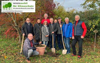 Die zehn Gründungsmitglieder des Vereins bei der symbolischen Pflanzung eines ersten Baumes anlässlich der Gründungsversammlung am 23. November 2019. (Foto: WOHNmobil Klimaschutz)