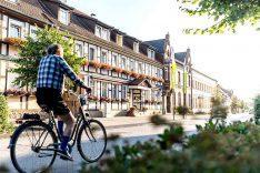 """Das """"Flair Hotel Deutsches Haus"""" liegt unmittelbar am Arendsee und ist ein beliebter Anlaufpunkt in der Region. (Foto: Dt. Haus / Bannier)"""