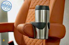 Sicher und komfortabel unterwegs versorgt mit dem Cup-In-Cupholder und Thermo-Cup von Aguti. (Foto: Al-Ko)