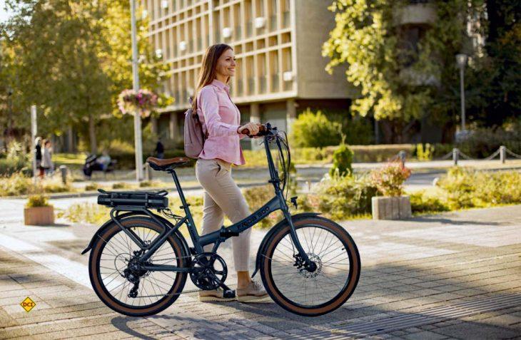 Blaupunkt hat jetzt mit dem E-Klapprad Frida 500 ein klappbares City-Bike mit 24-Zoll-Reifen, integriertem Bremslicht und Gepäckträger. (Foto: Blaupunkt)