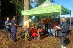Baum-Pflanzen macht hungrig_- WOHNmobil für Klimaschutz_Aktivisten im Harz. (Foto: Wohnmobil für Klimaschutz)