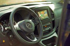 Etwas puristischer als in Deutschland: Das Cockpit des Mercedes-Benz Metris in den USA. (Foto: Mercedes-Benz)
