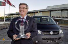 """Dr. Bernd Wiedemann freute sich 2004 über den renommierten Preis """"Van oft he Year"""", mit dem der T5 2004 ausgezeichnet wurde. (Foto: VWN)"""