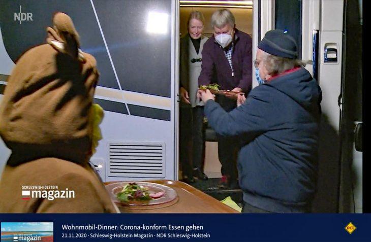 Eine Idee geht viral: Viele lokale TV-Sender wie hier der NDR berichten über die Aktion Wohnmobil-Dinner. (Foto: Screenshot NDR)