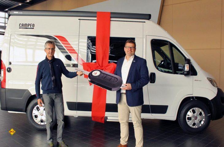 Glücklicher Gewinner bei dem ARD Tor des Monats-Gewinnspiel: Jörg F. aus Zwickau (links) erhält den Hauptgewinn, einen Bürstner Campingbus Campeo C 540 von Marketingleiter Thorsten Erhardt. (Foto: Bürstner)