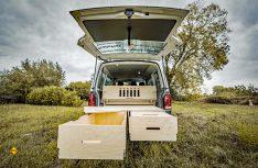 Für die VW Transporter und Multivan, hier der T6, gibt es ein Bettsystem als Heckbox. (Foto: Hornbach)