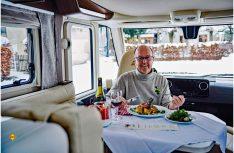 """Martin Brandt, Vorstandsvorsitzender der Erwin Hymer Group, testet in der Hymer B-Klasse MasterLine den neuen Trend """"Wohnmobil-Dinner"""" im Landgasthof Kreuz in Bad Waldsee. (Foto: Erwin Hymer Group)"""