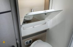 Pfiffige Lösung: Das klappbare Waschbecken im Sanitärraum schafft Platz. (Foto: Trigano)